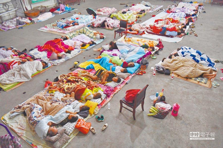 四川阿壩州九寨溝地震災區,許多民眾為躲避餘震,在露天廣場過夜,深夜氣溫僅有13度。(中新社)