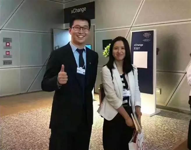 摩拜單車創始人胡瑋煒(右)和競爭對手ofo小黃車創始人戴威合照。(圖/網路)