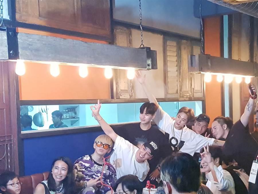 BigBang成員勝利(左4)及FTIsland隊長崔鐘訓(右2)、鄭俊英曾合體為YG在馬來西亞的餐廳造勢。(圖/中央社記者郭朝河吉隆坡攝)