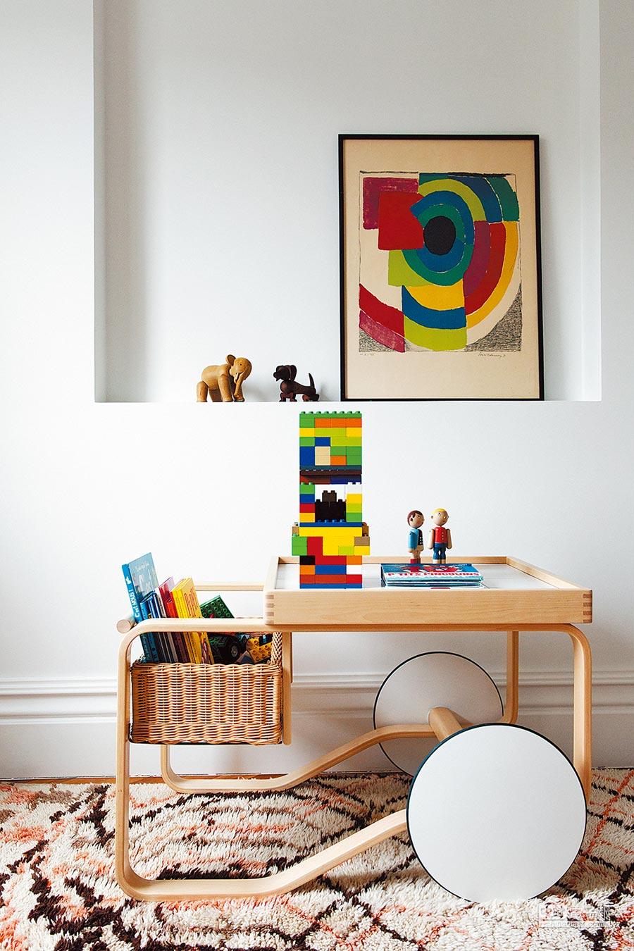 北歐櫥窗的芬蘭品牌artek的Tea Trolley 900 瓷桌藤籃白輪茶几,為Alvar Aalto知名作品,以單邊輪獨特設計,被紐約現代藝術博物館列為永久館藏,12萬2900元。(北歐櫥窗提供)