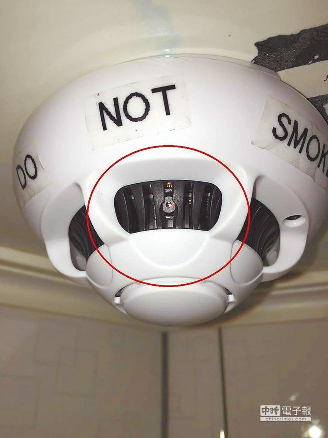 葉姓房東在煙霧感測器安裝針孔攝影機,偷拍房客。(翻攝爆料公社、優酷網)