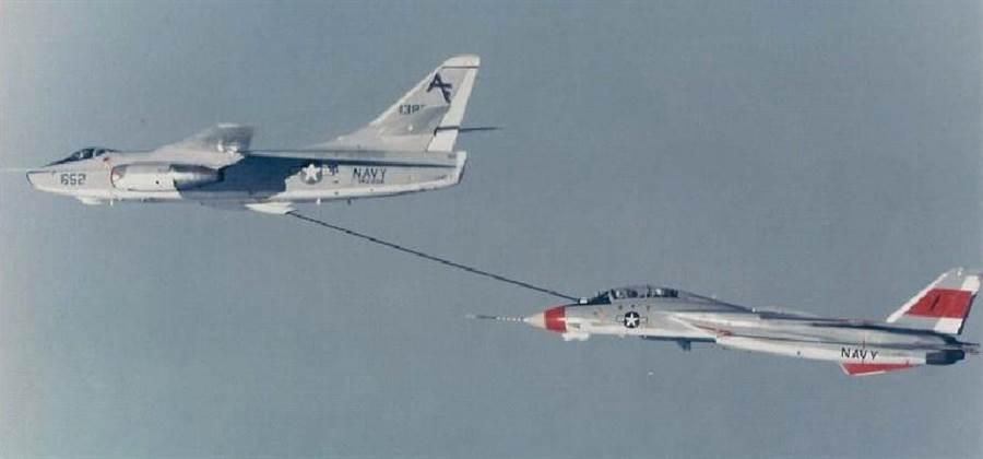 在1970年之前,美國航艦的空中加油機是由核武攻擊機A-3來改裝的。圖為A-3為F-14戰機加油。(圖/美國海軍)