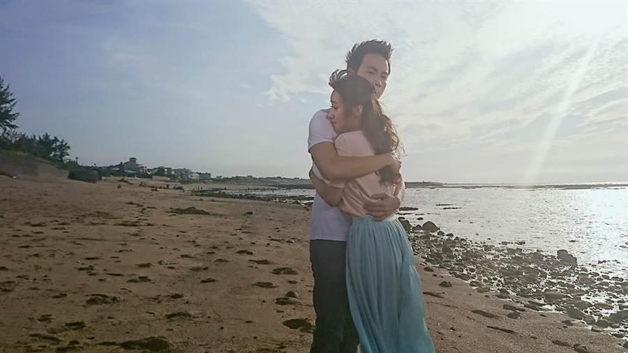 夏宇禾和張捷在38度高溫的海邊拍抱抱戲。(民視)