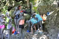 觀光客用火山泥塗滿全身 醫:恐致毛孔阻塞