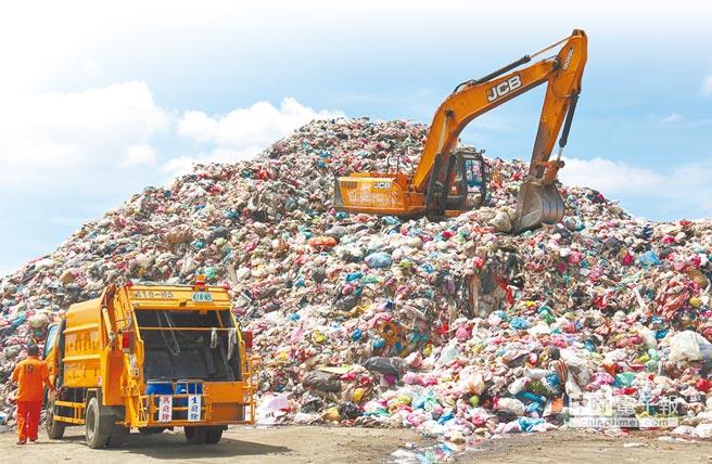 雲林縣今年6月8000公噸垃圾山。(本報資料照片)