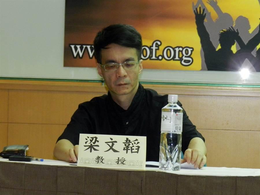 成功大學政治系教授梁文韜說,蔡英文民意下滑是因集權式領導所致。(林永富攝)