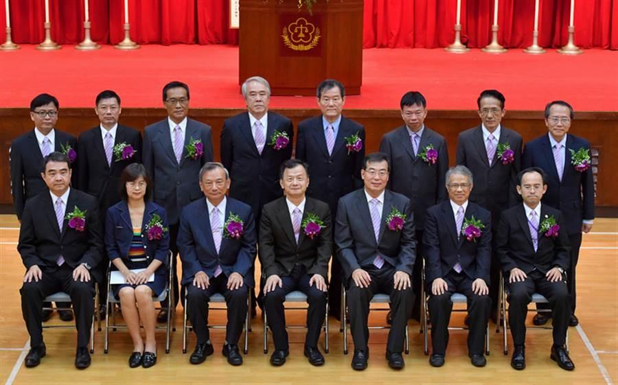 法務部廉政署8月舉辦新任政風高階主管宣誓典禮,由法務部長邱太三(前排中)主持及監誓,並合影留念。中央社記者王飛華攝  106年8月15日