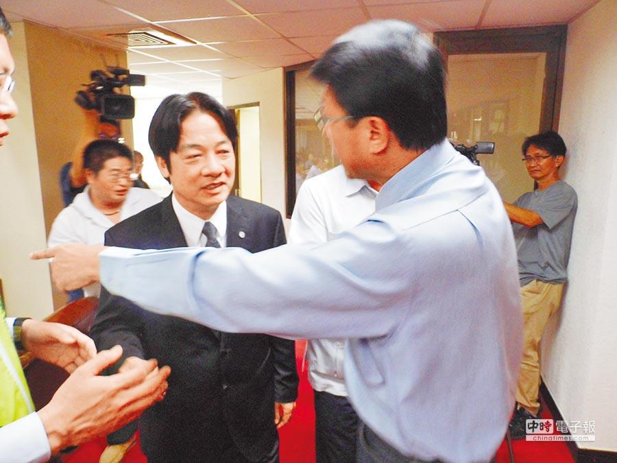 台南市議會第10次臨時會在民治議事廳舉行,市長賴清德(左)昨在開幕流程結束後,本想先行離席,引發國民黨團不滿,國民黨籍市議員謝龍介(右)上前攔下。(萬于甄攝)