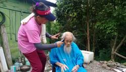 獨居牛山40載 村長「剪刀手」百歲魯賓遜變型男