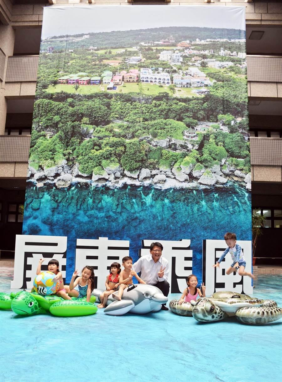 屏縣府將小琉球海洋美景輸出、印成巨幅地貼,瞬間把縣府西側中庭變成寬闊清涼的海域。(林和生攝)