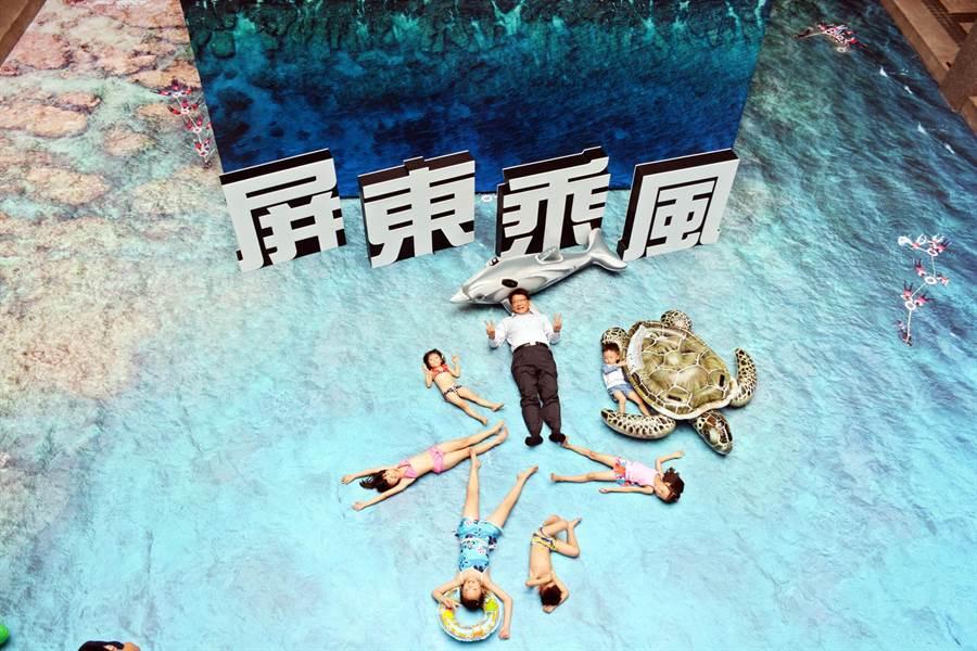屏縣府空拍展跳脫一般照片展,大膽輸出小琉球海域空拍照,不少孩子躺在地面佯裝漂浮在海面上悠游的感覺。(林和生攝)