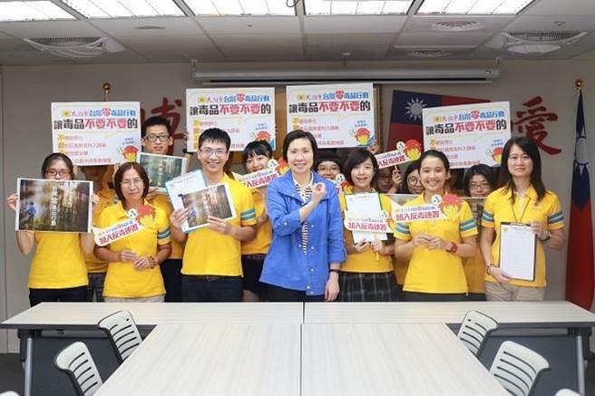 民國黨主席徐欣瑩博士率領義工集體宣誓,展開「台灣零毒品行動」全民連署。(圖/民國黨提供)