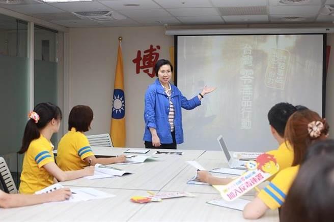 徐欣瑩主席向黨員說明「台灣零毒品行動」全民連署行動方案。(圖/民國黨提供)