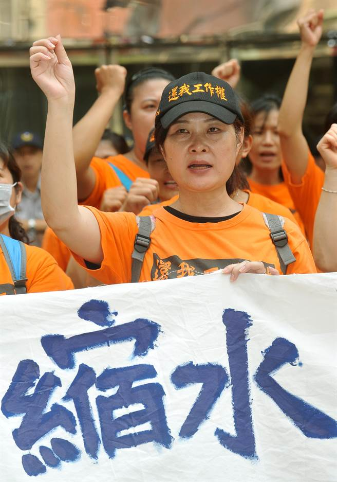 勞動部17日召開「國道實施計程電子收費依法解僱之收費員就業安定補貼審核小組」第三次會議,國道收費員自救會成員聚集在勞動部門口抗議。(劉宗龍攝)