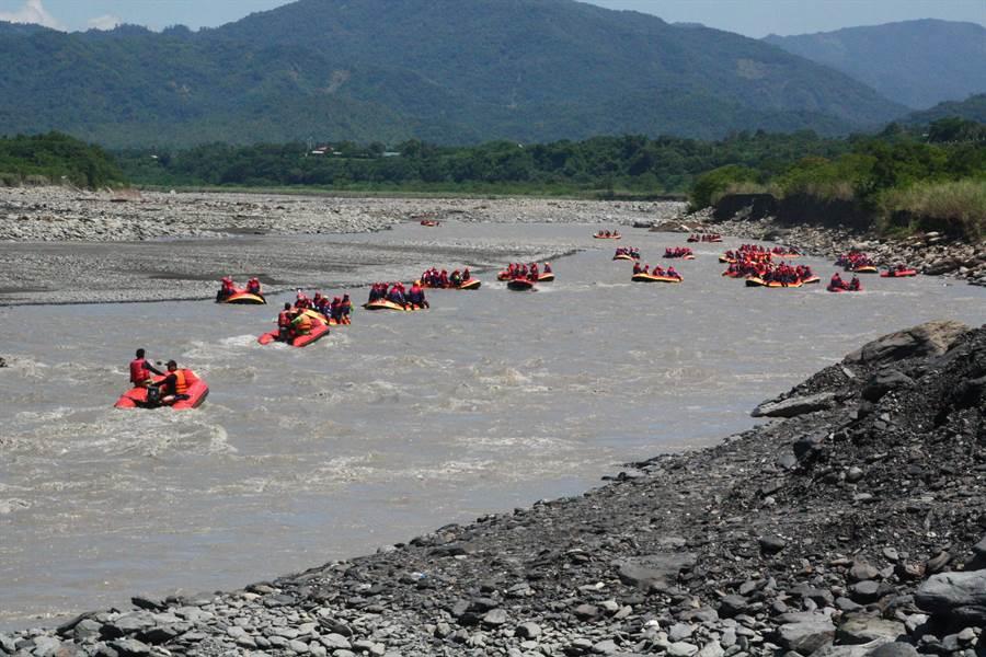 茂管處結合泛舟業者舉辦泛舟闖關PK賽,宣示今年泛舟活動全面啟航。(記者林雅惠攝)