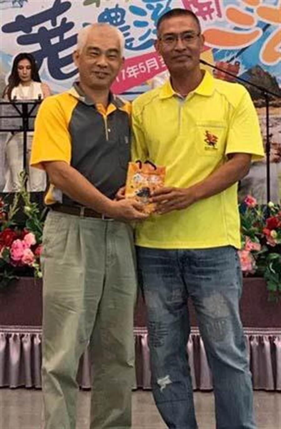 六龜區公所泛舟PK賽奪冠,由農觀課長盧清山(右)接受簡處長頒獎。(記者林雅惠攝)