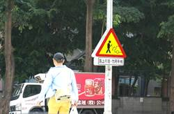 籲低頭族抬頭看路 中市首設警示看板