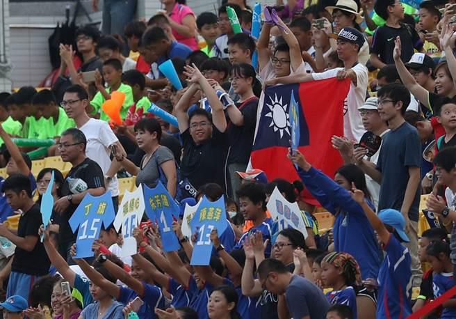 中華女足18日在新北市新莊輔仁大學足球場進行的2017 年第29屆夏季台北世界大學運動會女子足球預賽出戰阿根廷,終場旗開得勝。球場邊許多球迷自製看板,或攜帶國旗進場,奮力為中華隊加油。中央社記者張新偉攝 106年8月18日