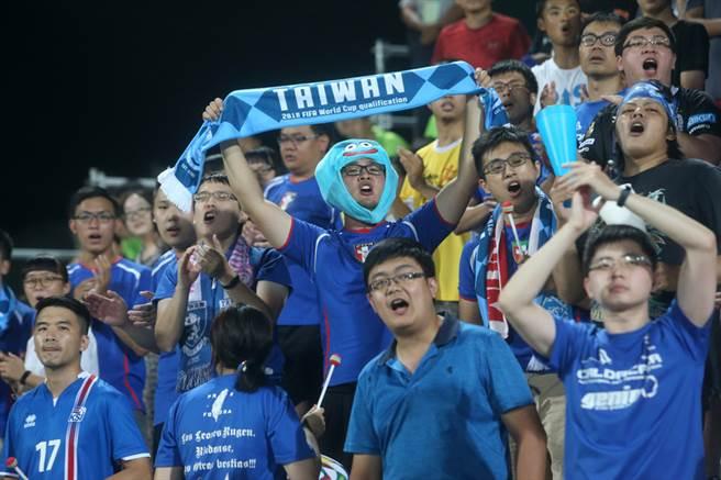2017年第29屆夏季世界大學運動會的足球賽事18日在新北市新莊的輔仁大學足球場展開,中華男足晚間在預賽首戰對上墨西哥,吸引大批球迷在場邊觀看,拉開寫有「TAIWAN」字樣的布條,熱情為中華隊加油。中央社記者吳家昇攝  106年8月18日