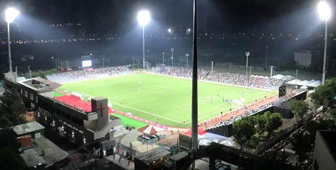 中華男足與墨西哥之戰,近5千觀眾湧入輔大足球場。(李弘斌攝)