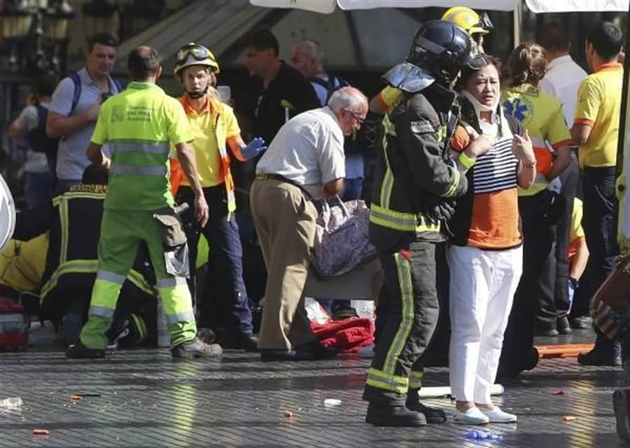 巴塞隆納著名觀光鬧區發生恐攻,警方全副武裝抵達現場。(圖片取自美聯社)