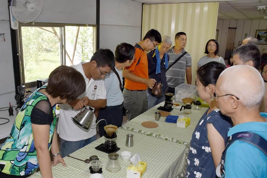 咖啡農與業者觀摩。(沈揮勝攝)