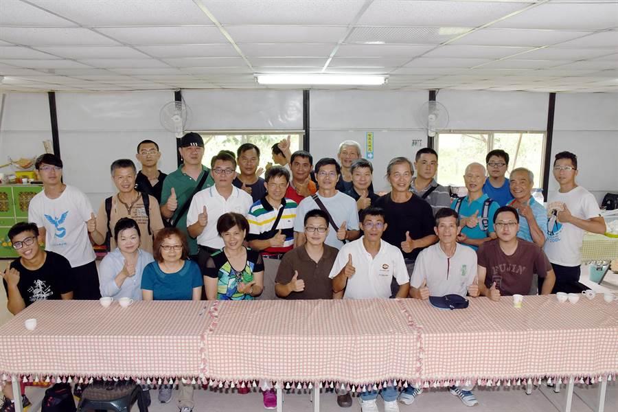 「台灣咖啡12強+1」咖啡豆分享會,來自各地咖啡農及業者興奮合照。(沈揮勝攝)