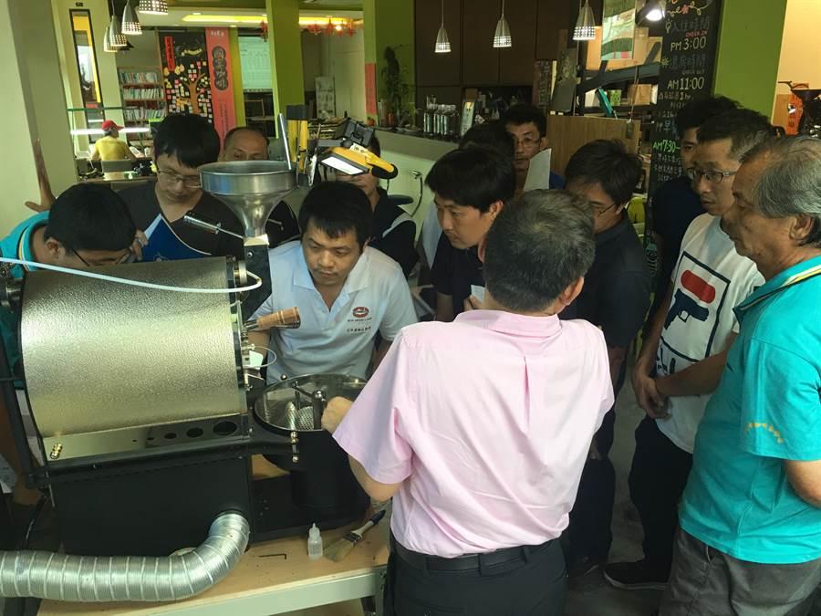 高階烘豆昨天在日月星舞咖啡莊園操作。(沈揮勝攝)
