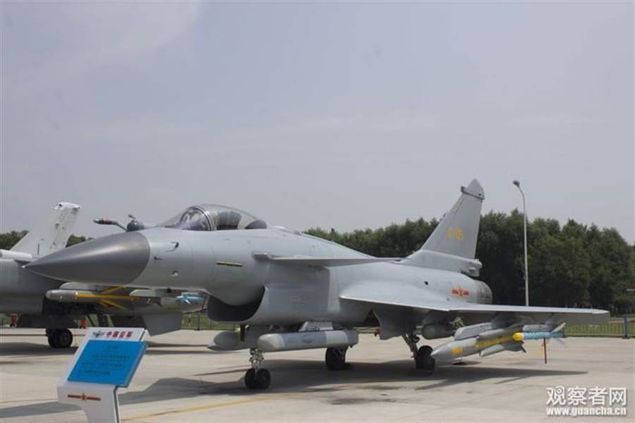 由圖中可見,殲-10B機翼外側為霹靂-8訓練彈,中間為鷹擊-91訓練彈,內側為鐳射引導炸彈配重彈,而進氣道下方小吊艙左側為電子對抗莢艙,右側為資料鏈莢艙。(圖/觀察者網)