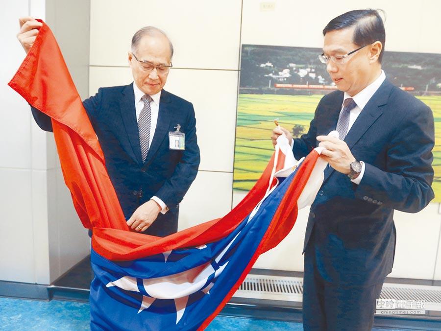 6月17日,駐巴拿馬大使曹立傑(右)將使館降下的國旗交給外交部長李大維。(本報系資料照片)