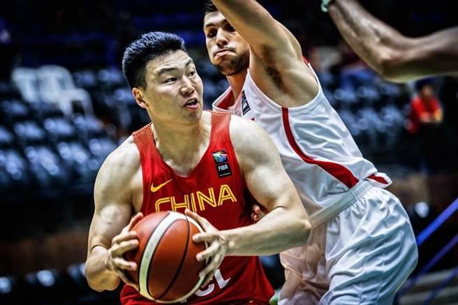 中國隊前鋒李根閃過約旦球員防守,準備切入上籃。(取自FIBA官網)
