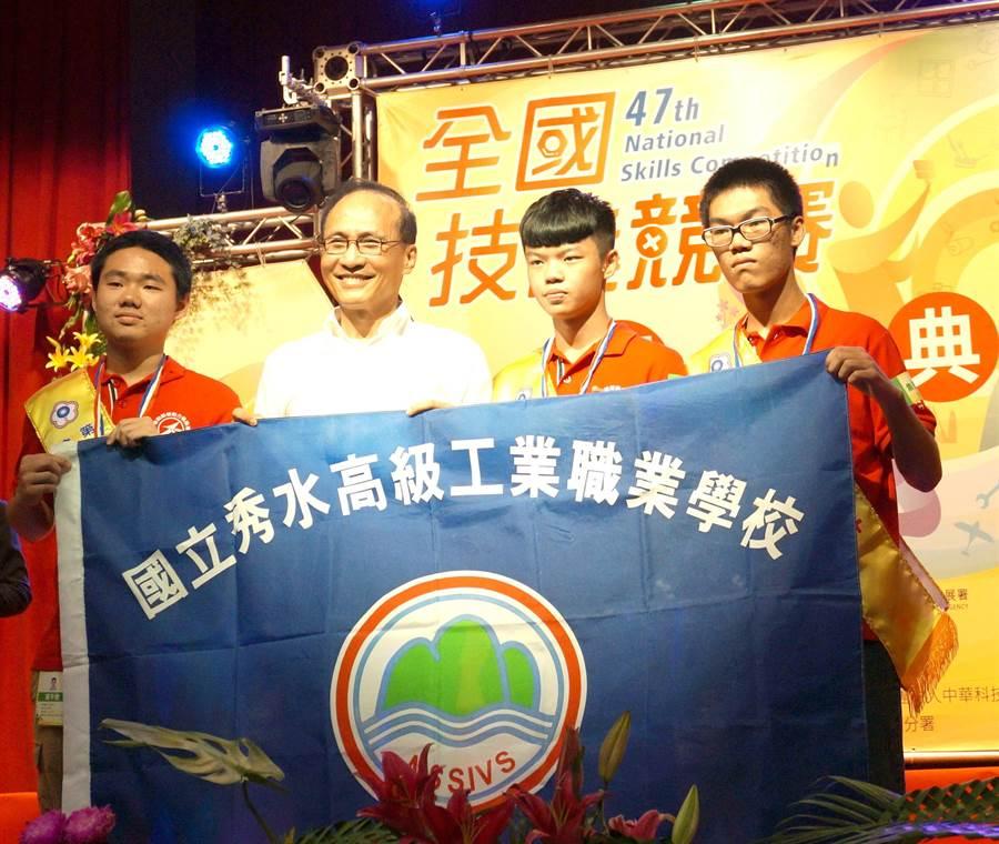 行政院長林全(左二)19日出席第47屆全國技能競賽,頒獎表揚金牌得主。(盧金足攝)