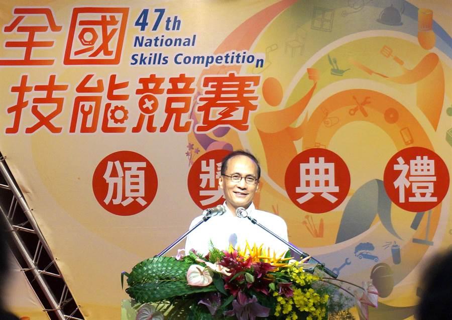 行政院長林全19日頒獎第47屆全國技能競賽金牌得主,希望台灣技職學校能成為學生的第一志願。(盧金足攝)