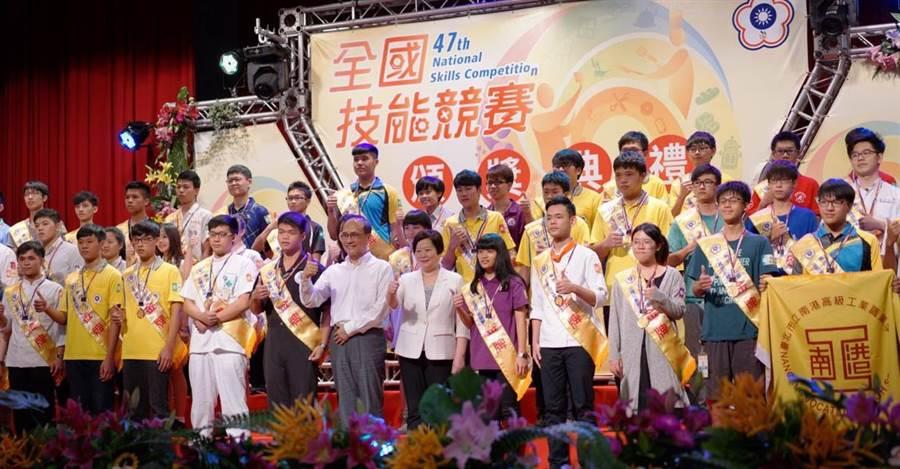 行政院長林全(左六)19日出席第47屆全國技能競賽表示,努力做好有興趣的工作,「你的名利都來了!」(盧金足攝)