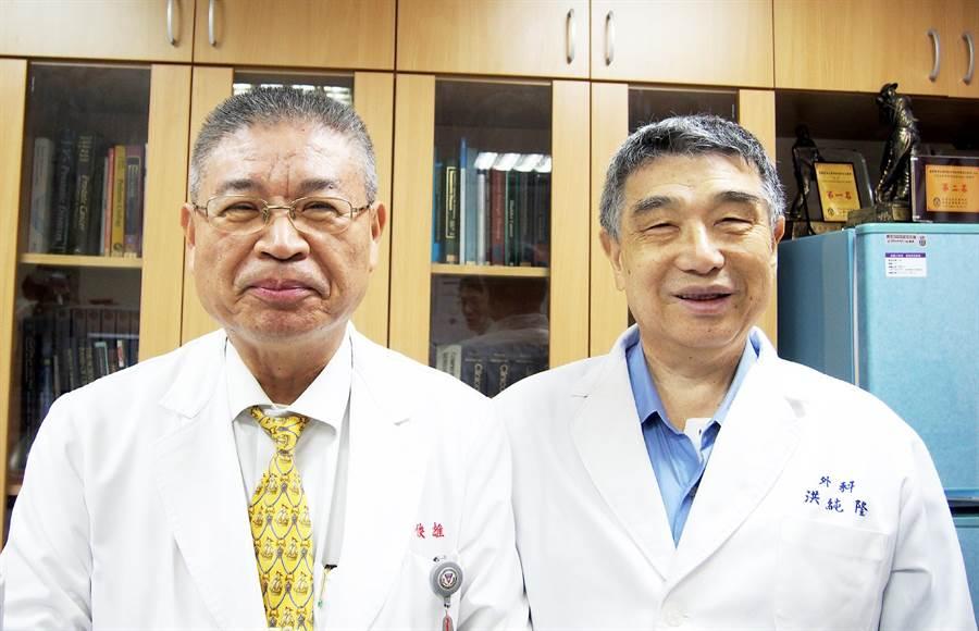 高醫大醫學系系友會理事長洪純隆(右)幫老同學黃俊雄(左)抬轎 ,參選高醫校友總會理事長。(呂素麗翻攝)