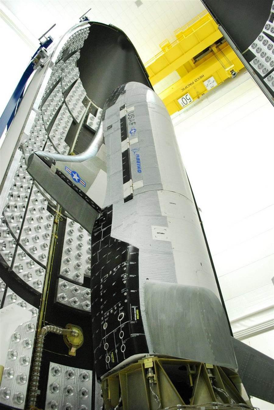 將要合上整流罩,準備發射的X-37B。(圖/波音公司)