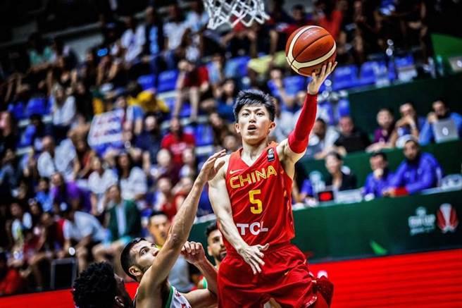 中國隊後衛劉曉宇最後關頭罰進致勝分,靠的竟是對方假摔技術犯規。(取自FIBA官網)