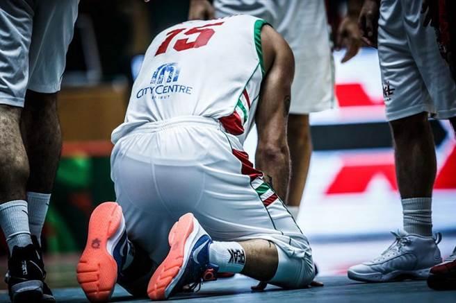 法迪賽後跪地遲遲站不起來,畢竟這應該是他代表黎巴嫩出賽的最後1役。(取自FIBA官網)