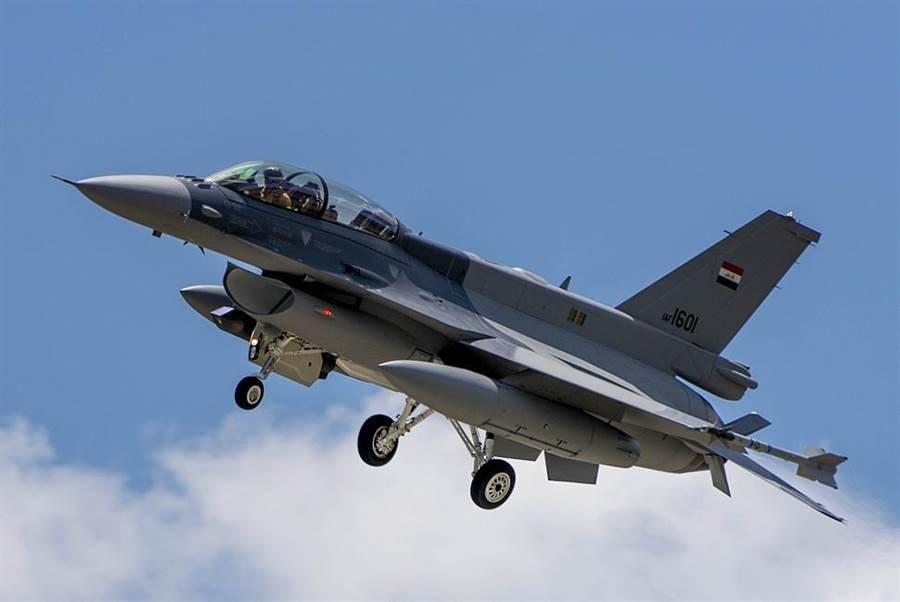 F-16在問世後有多種改造,新一代的F-16往往有機背適型油箱。(圖/網路)