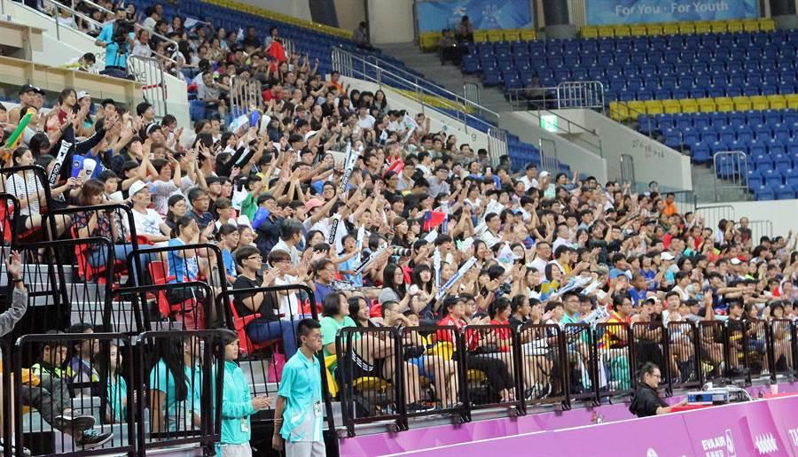 中華女籃對智利場邊觀眾為中華隊歡呼。(林宋以情攝)