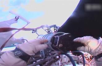 絕技?俄太空人徒手扔衛星進軌道