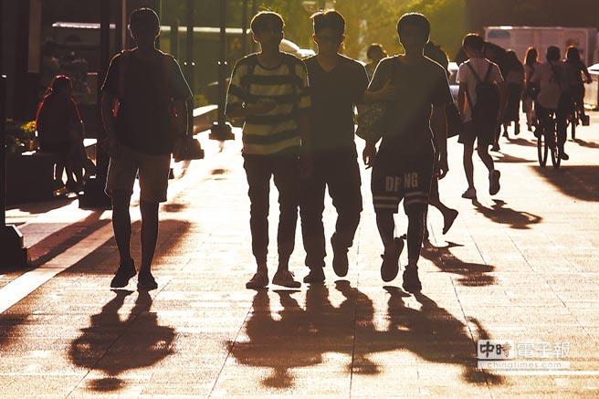 人力銀行高掛40多萬職缺,但青年失業率仍持續高攀至11.87%,是整體失業率的3.16倍。(鄧博仁攝)