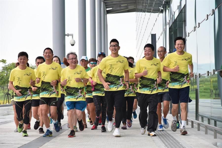 任賢齊(右三)為家鄉田中舉辦的馬拉松路跑活動拍攝宣傳片,與鎮長文賢(右二)等人一起在彰化高鐵站拍攝起跑的畫面。鐘武達攝。