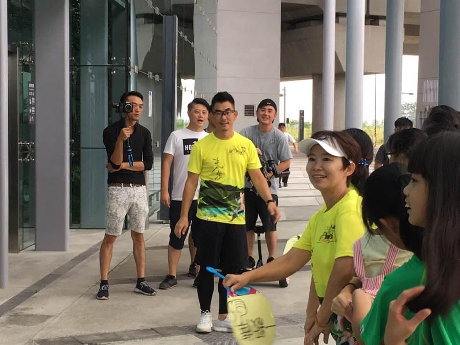 任賢齊大清早到彰化高鐵站為故鄉拍攝宣傳片,現場吸引粉絲爭睹丰采。鐘武達攝。