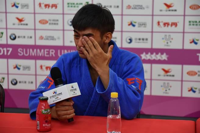 2017年世大運比賽中,楊勇緯遭對手以關節技壓制而落敗,賽後受訪時他一度落淚,但也堅定表示「一定會繼續努力」,並在歷經數年後在東京奧運上奪下銀牌,他的奮鬥經歷也令不少人為之動容。(莊旻靜攝)