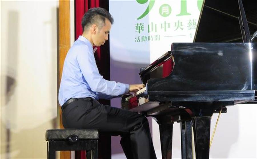 國際知名鋼琴家盧易之現場鋼琴演奏,並分享自己如何落實綠生活。(圖/王彥傑攝)