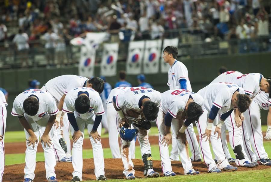 台北世大運棒球比賽23日中韓之戰,中華隊終場以3:6落敗,沮喪的球員在球迷面前列隊鞠躬,感謝球迷到場支持。(鄭任南攝)