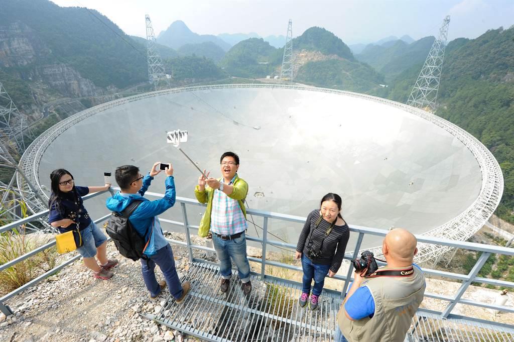 由於身為世界最大的單口徑射電望遠鏡,「中國天眼」所在的貴州省平塘縣已成為最夯的旅遊景點之一,但是今年上半年,就吸引了400萬遊客,預料全年將有上千萬遊客湧入。但由於人潮源源不絕,已影響到原本的科學觀測用途。(圖/中新社)