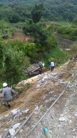 老夫婦駕車摔4樓高邊坡 新埔警消急救援