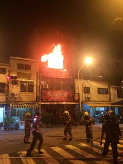 議員洪玉鳳住對面 台南市鬧區民宅大火三、四樓全毀